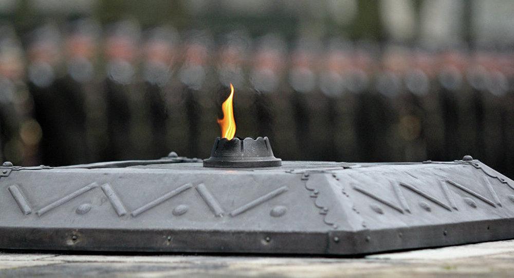 Вечный огонь на братском кладбище