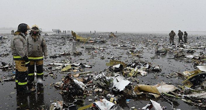 Specdienestu darbs lidmašīnas katastrofas vietā Rostovā pie Donas