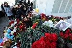 Цветы и свечи у аэропорта Ростова-на-Дону в знак скорби по жертвам крушения Boeing-737-800, архивное фото