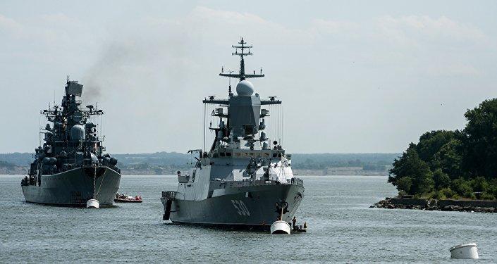 Корвет Стерегущий (справа) и эсминец Настойчивый