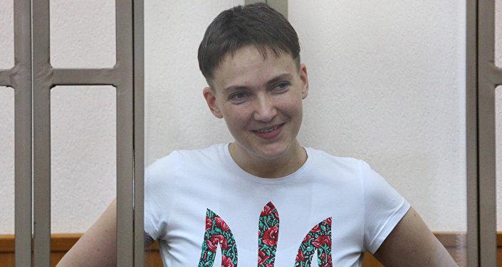 Krievijas žurnālistu slepkavībā apsūdzētā Ukrainas pilsone Nadežda Savčenko Rostovas apgabala Doņeckas pilsētas tiesas sēdē