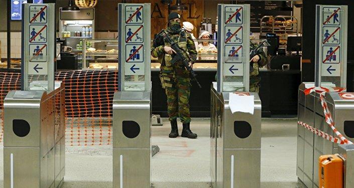 Бельгийский солдат на станции метро в Брюсселе. Архивное фото