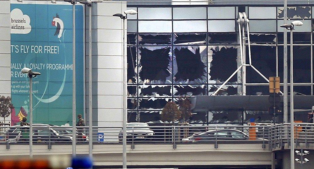 Разбитые окна в аэропорту в Брюсселе после взрывов