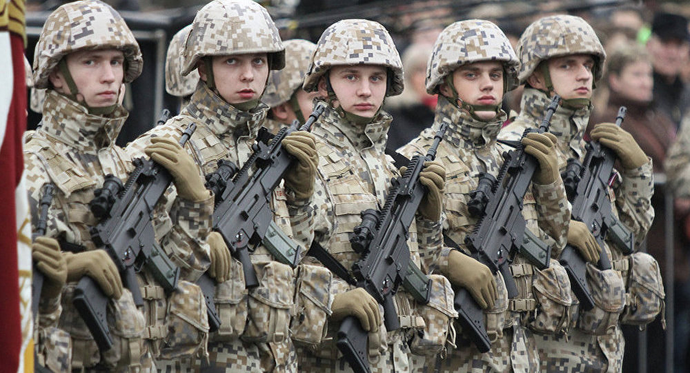 Военные на параде. Архивное фото