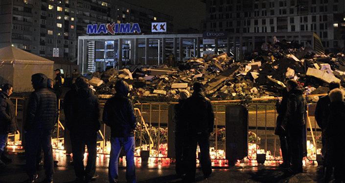 Горожане возлагают цветы на месте трагедии в Риге.Фото с места события