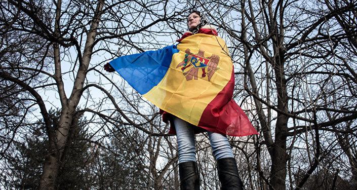 Участница акции в Кишиневе с национальным флагом Молдовы