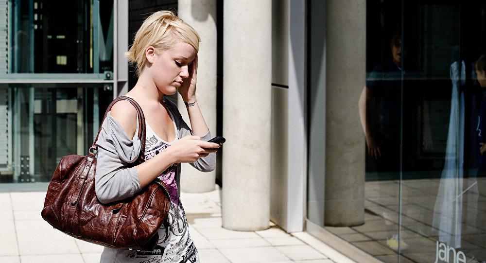 Meitene ar tālruni