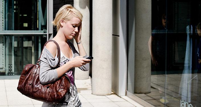 Meitene ar tālruni. Foto no arhīva