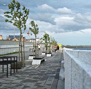 Сильный ветер на набережной в Риге