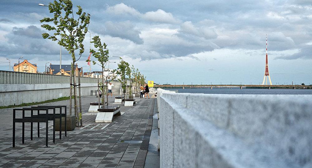 Spēcīgs vējš Rīgas promenādē. Foto no arhīva