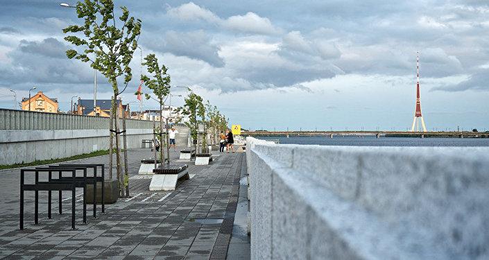 Сильный ветер на набережной в Риге, архивное фото
