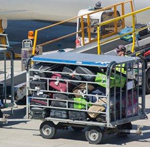 Загрузка багажа на борт самолета