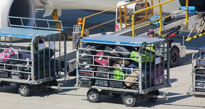 Загрузка багажа на борт самолета, архивное фото
