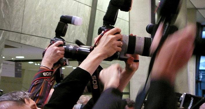 Fotoreportieri preses konferencē