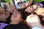 Девушки смеются