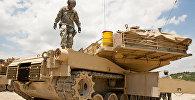 Танк-наводчик армии США  M1A1 Abrams, архивное фото