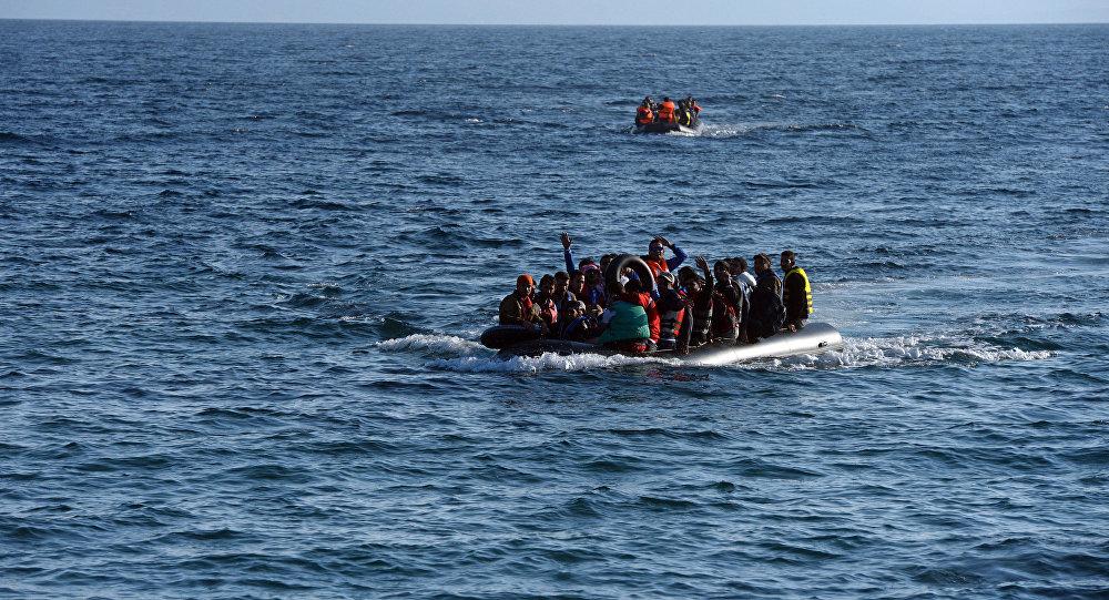 Bēgļi laivā. Foto no arhīva