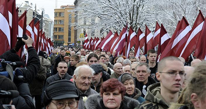 Шествие у памятника Свободы в центре Риги