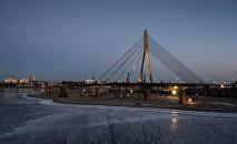 Вантовый мост в Риге через реку Даугаву