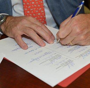 Dokumentu parakstīšana. Foto no arhīva.