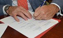 Dokumentu parakstīšana. Foto no arhīva