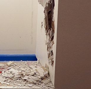 Отверстие в стене, проделанное кувалдой