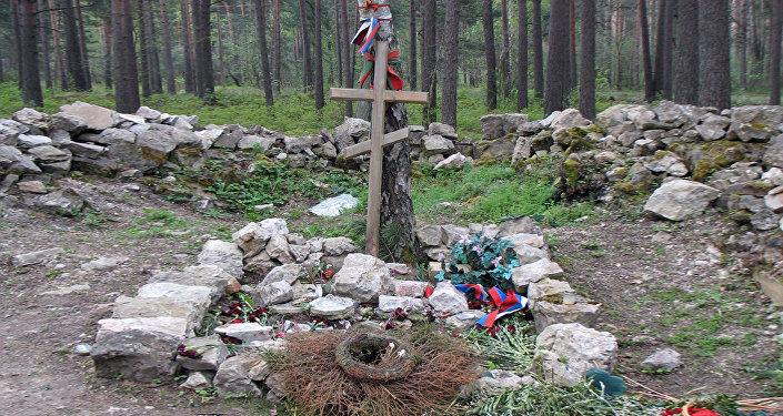 Игорь Гусев собрал то, что разбросали вандалы во время погрома на кладбище