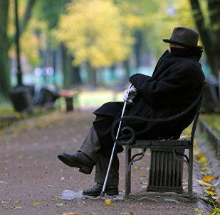 Pensionārs parkā. Foto no arhīva
