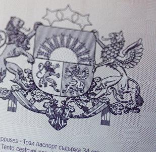 Герб Латвийской республики на странице паспорта