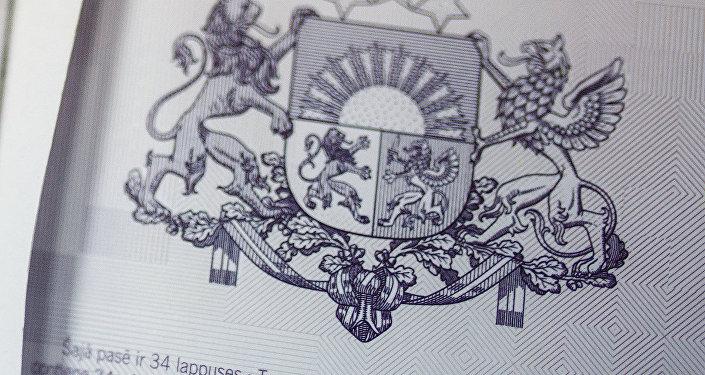 Latvijas Republikas ģerboņa attēls pasē
