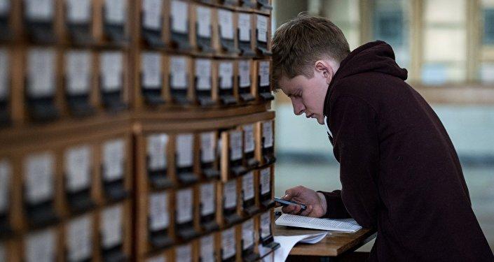 Посетитель в научной библиотеке. Архивное фото