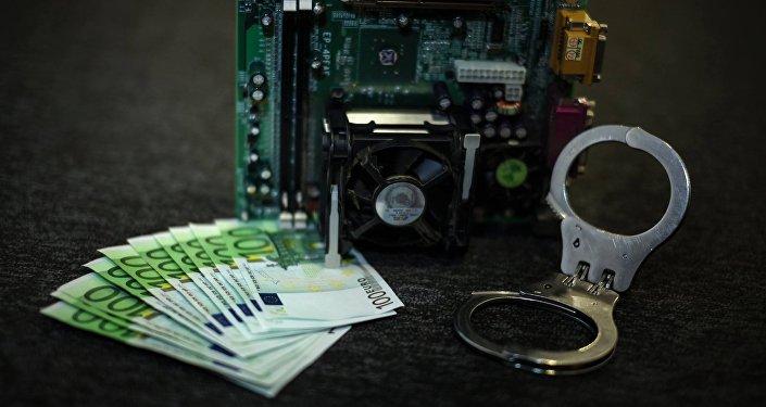 Евро, наручники и материнская плата. Архивное фото