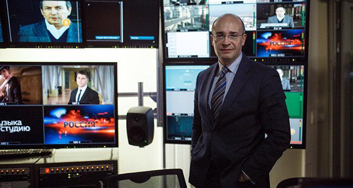 Российский журналист Андрей Кондрашов в студии программы Вести