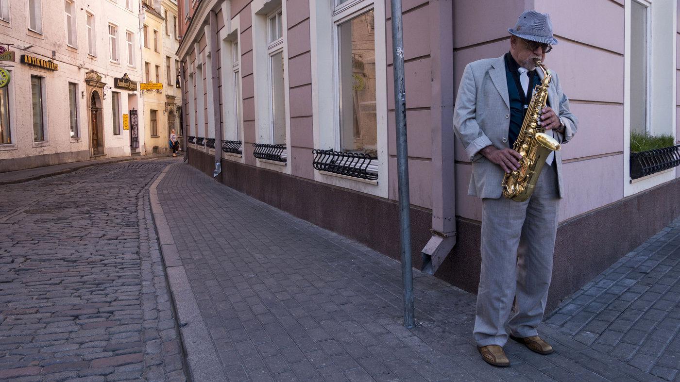 Уличный музыкант на улицах Старой Риги