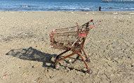 Ржавая тележка для покупок на пляже, архивное фото