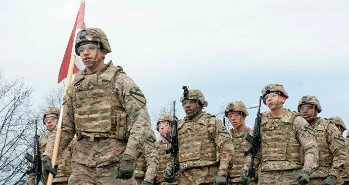 Военные с флагом Латвии. Архивное фото