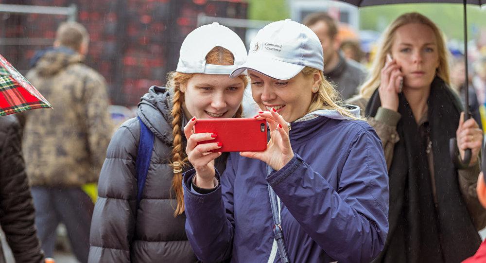 Meitenes ar tālruni. Foto no arhīva