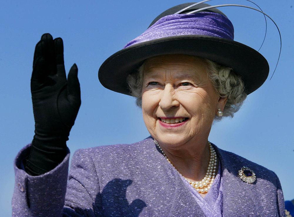 Королева Великобритании Елизавета II во время визита в Канаду в октябре 2002