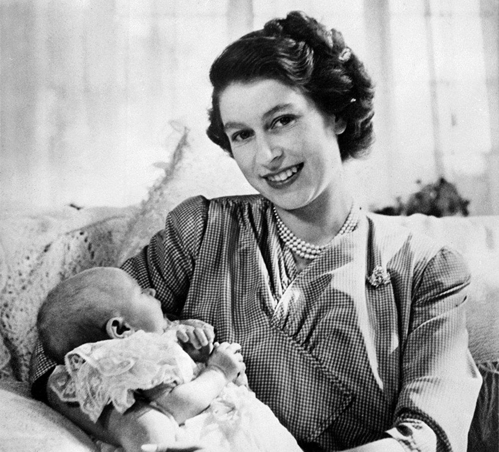 Принцесса Елизавета держит на руках принцессу Анну в августе 1950