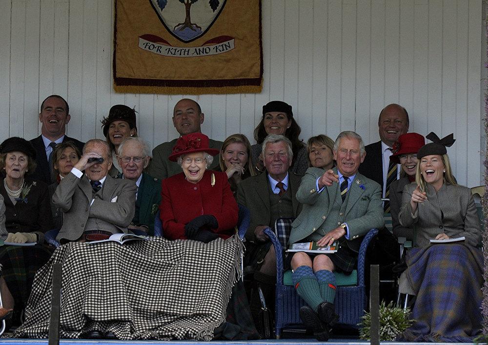 Королева Великобритании Елизавета II с королевской семьей в сентябре 2015
