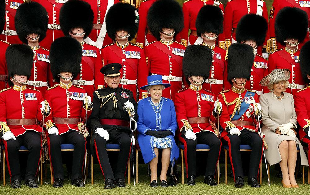 Королева Великобритании Елизавета II с принцем Филиппом в апреле 2015