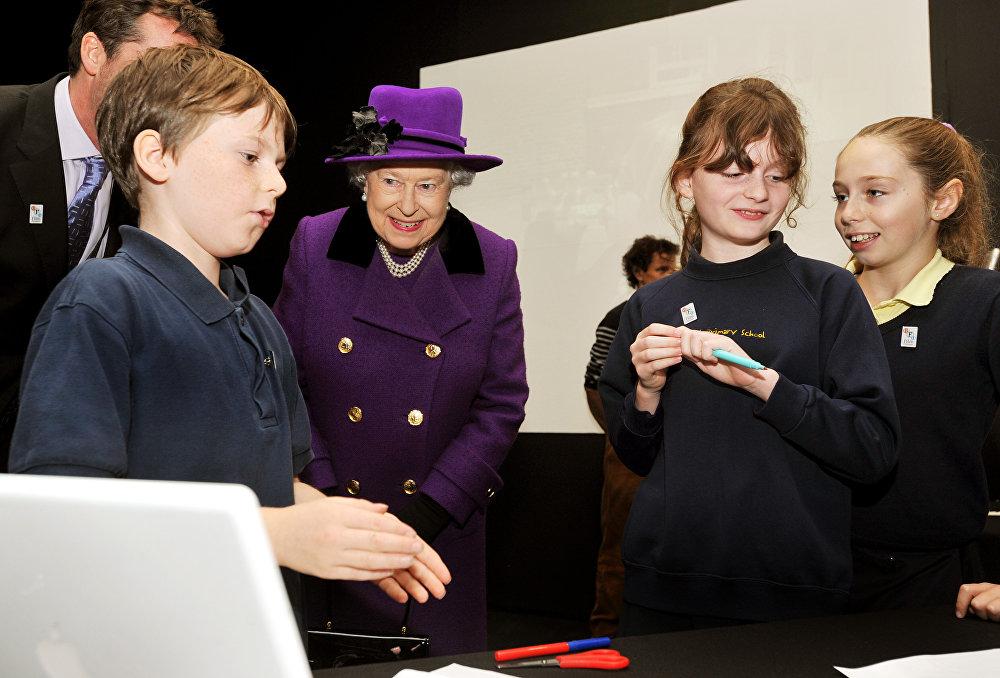 Королева Елизавета II во время посещения британского Института кино
