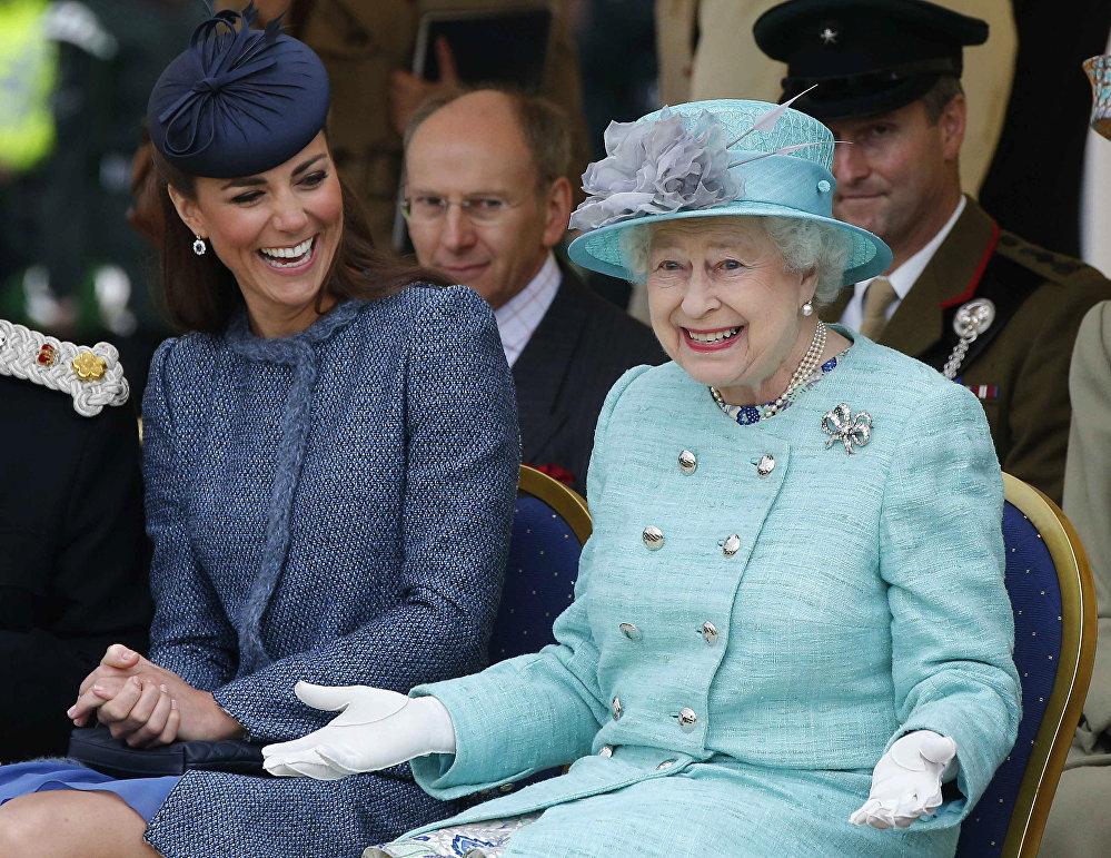 Королева Великобритании Елизавета II с герцогиней кембриджской Кэтрин в июле 2012