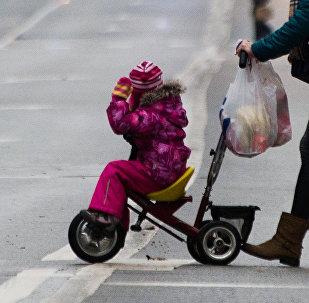 Jauna sieviete ar bērnu. Foto no arhīva