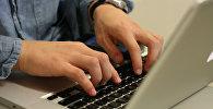 Darbs ar datoru. Foto no arhīva