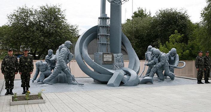 Монумент Тем, кто спас мир в Чернобыле, посвящен пожарным-ликвидаторам последствий катастрофы.