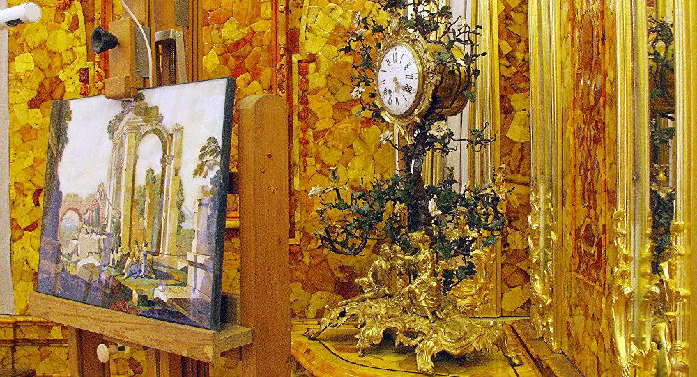 Фрагмент восстановленной Янтарной комнаты в Екатерининском дворце в городе Пушкин. Архивное фото