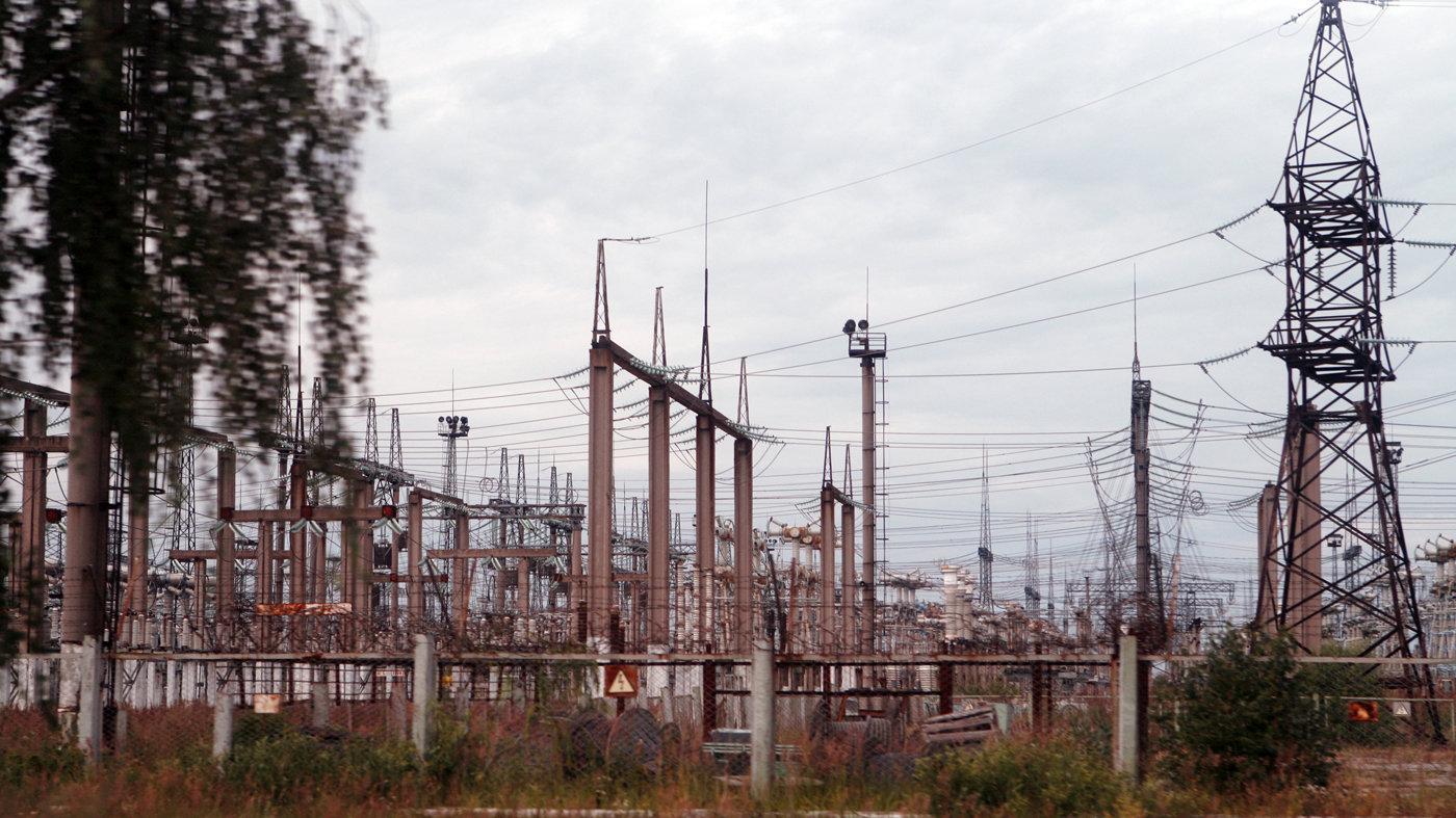 Трансформаторные подстанции и ЛЭП на территории АЭС.