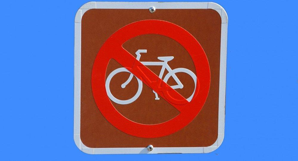 Zīme Braukt ar velosipēdu aizliegts. Foto no arhīva