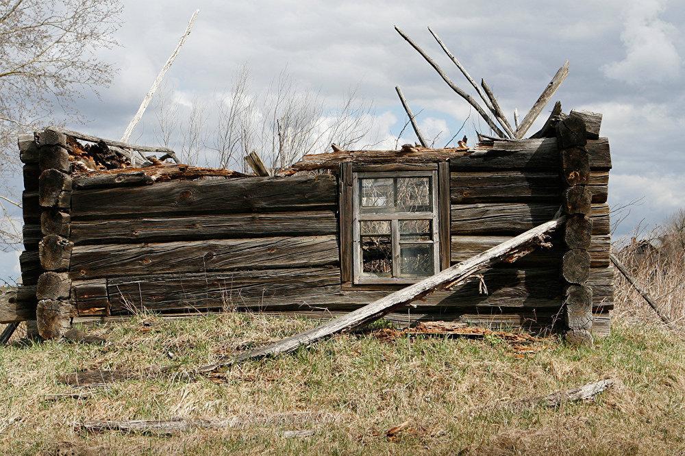 Полуразрушенный дом в отселенной деревне